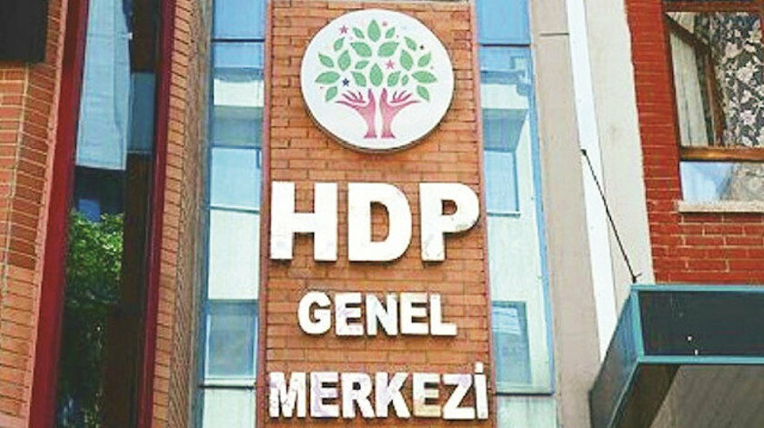 Yargıtay Cumhuriyet Başsavcılığı'nın HDP'nin kapatılmasına yönelik hazırladığı iddianame, Anayasa Mahkemesi'ne sunulmuştu. İddianame üzerinde hazırlanan raporu inceleyen yüksek mahkeme üyeleri, iddianamede görülen eksikler nedeniyle iddianameyi alınan oybirliği kararı ile Yargıtay Cumhuriyet Başsavcılığı'na iade etti.  Anayasa Mahkemesi Genel Kurulu toplantısında Yargıtay Cumhuriyet Başsavcılığı'nın HDP'nin kapatılmasına ilişkin hazırladığı iddianame hakkında görüş değerlendirmeleri gerçekleştirildi. Raporların tamamlanmasının ardında iddianame üzerinde ilk incelemesini gerçekleştiren yüksek mahkeme üyeleri, iddianamede yer alan HDP'nin terör eylemleri odağı olduğu yönündeki bilgileri ve HDP üyelerinin eylemlerinde gösterdikleri beyanlarla devletin bütünlüğünü ortadan kaldırmaya yönelik amaçlarının gösterdiklerine yönelik iddiaları incelemeye aldı. AYM raportörünün hazırladığı raporların incelenmesi sonrası iddianameyi değerlendirmeye alan AYM üyeleri, söz konusu beyanlarda usul eksikliği olduğuna ve bunların tamamlanması için de yapılan başvurunun Yargıtay Cumhuriyet Başsavcılığı'na tekrar iadesine oy birliği ile karar verdi.