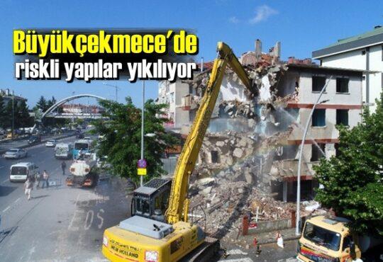 Büyükçekmece Belediyesi'nin aktardığı bilgilere göre, ilçede 2019 Eylül döneminde Silivri'de meydana gelen depremden hasar gören binaların yıkımı yapılıyor.